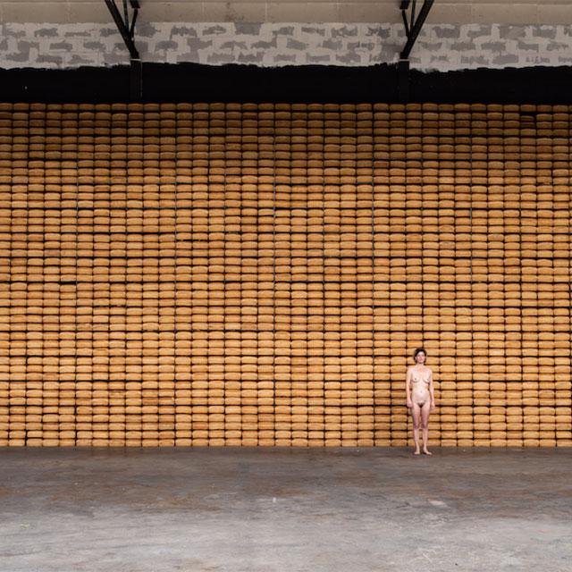 roy-muur-van-brood-met-model